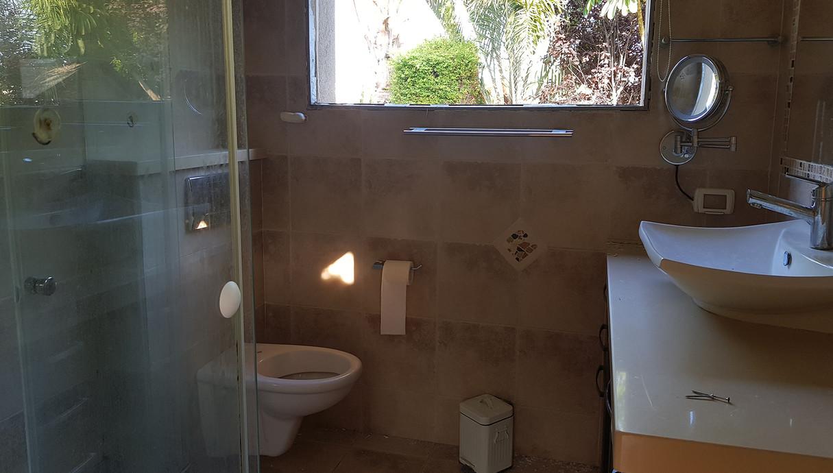 בית במושב בשפלה, עיצוב עדי ברעם, לפני שיפוץ, חדר רחצה הורים