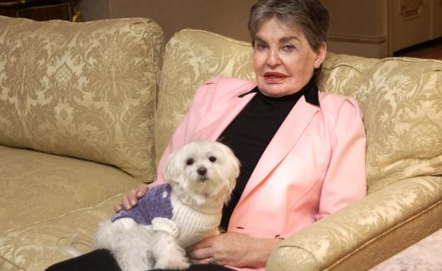 ליאונה הלמסלי והכלבה טראבל
