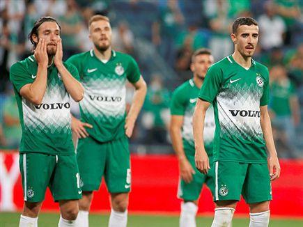 רואים את החשש בעיניים. שחקני מכבי חיפה אמש (צילום: אלן שיבר) (צילום: ספורט 5)