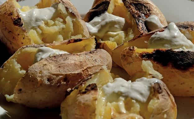 תפוחי אדמה צלויים בסיר ללא שמן (צילום: אלכס ליבק, האוכל מוכן, הוצאת כתר)