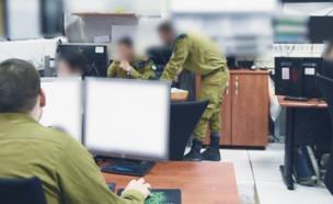 """חיילים לומדים בכיתה (צילום: דובר צה""""ל)"""
