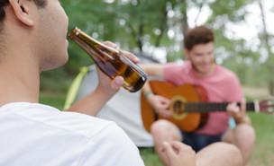 נער שותה אלכוהול  (צילום:  ALPA PROD, shutterstock)