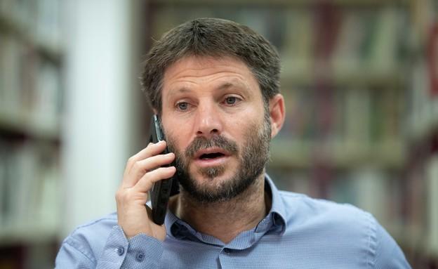 בצלאל סמוטריץ' מדבר בטלפון (צילום: Sraya Diamant, פלאש 90)