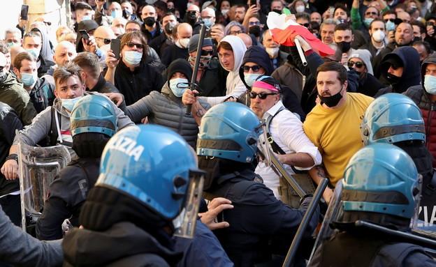 מפגינים נגד הגבלות על עסקים ברומא (צילום: רויטרס)