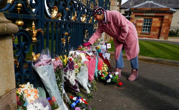 מניחים פרחים בחזית טירת ווילסבורו לזכרו של הנסיך (צילום: רויטרס)