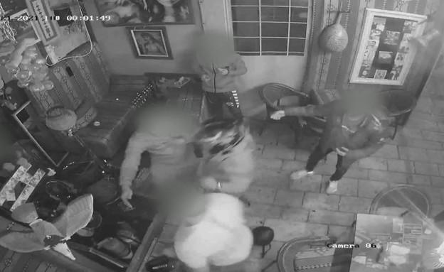 בגלל רעש לשכנים: צעירים תקפו באלימות את בעל בית הקפה