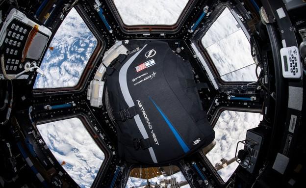 חליפת סטמראד בחלל (צילום: NASA)