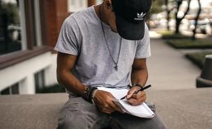 בחור כותב מכתב (צילום: Brad Neathery' UNSPLASH)