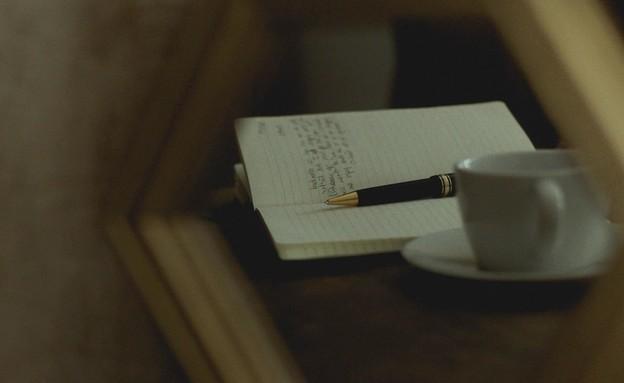 בחור כותב מכתב (צילום: Rachel Coyne UNSPLASH)