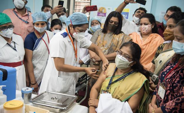 מבצע החיסונים בהודו, ינואר 2021 (צילום: Manoej Paateel / Shutterstock.com)