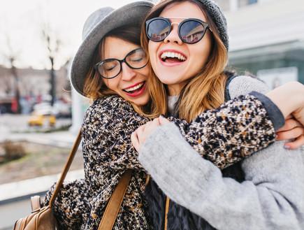 נשים מתחבקות (אילוסטרציה:  Look Studio, shutterstock)