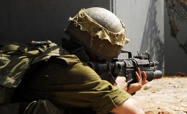 חייל נלחם  (צילום:  Ran Zisovitch, shutterstock)