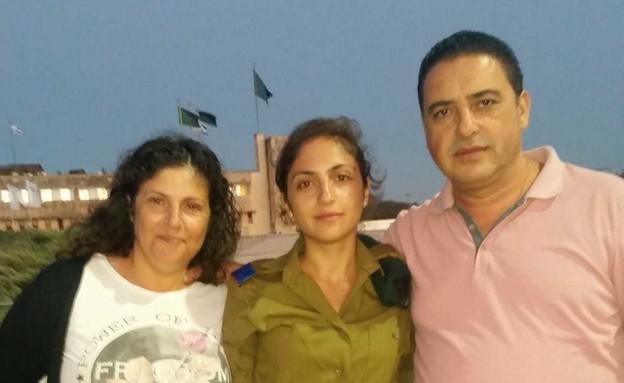 """סגן שיר חג'אג' ז""""ל עם הוריה, מירב והרצל (צילום: באדיבות המשפחה)"""