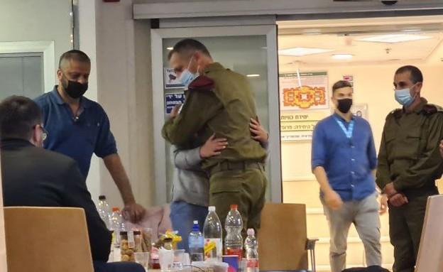 """הרמטכ""""ל כוכבי הגיע לבית החולים ומחבק את אמו של איצ (צילום: N12)"""