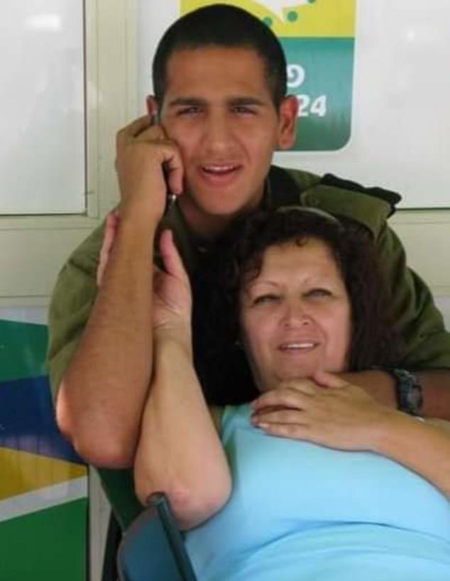 """סמל מאור כהן-קדוש ז""""ל ואמו אתי (צילום: באדיבות המשפחה)"""