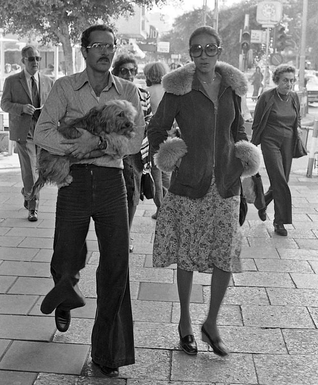 אופנת רחוב חורף 1975 דיזנגוף רינה בן צבי ובעלה