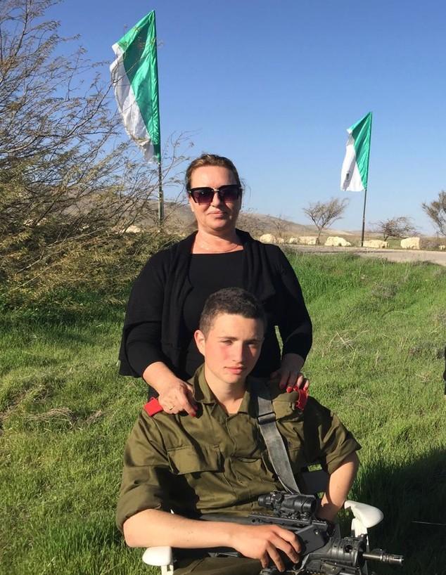 """סמל רון-יצחק קוקיא ז""""ל ואימו לבנה (צילום: באדיבות המשפחה)"""