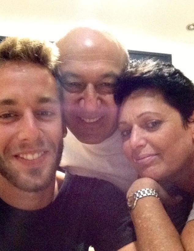 """סמ""""ר מתן גוטליב ז""""ל עם הוריו, רוחמה ושמוליק (צילום: באדיבות המשפחה)"""