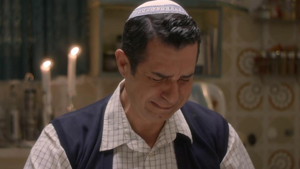 """איציק כהן מקריא """"אשת חיל"""" (צילום: מתוך """"ישמח חתני"""", קשת 12)"""