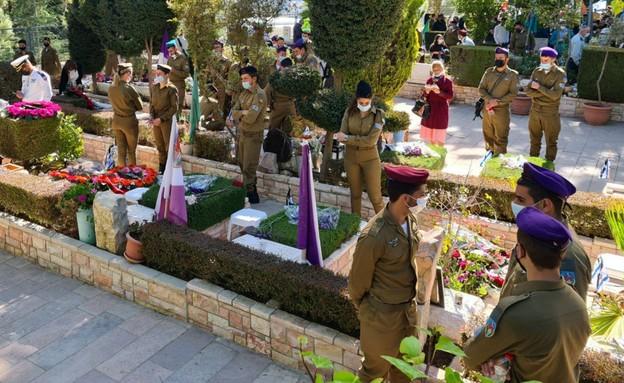 חיילים פוקדים הבוקר את בית הקברות הצבאי בהר הרצל (צילום: N12)