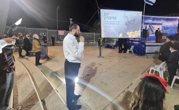 ישראל כהן עומד בצפירה (צילום: פרטי)