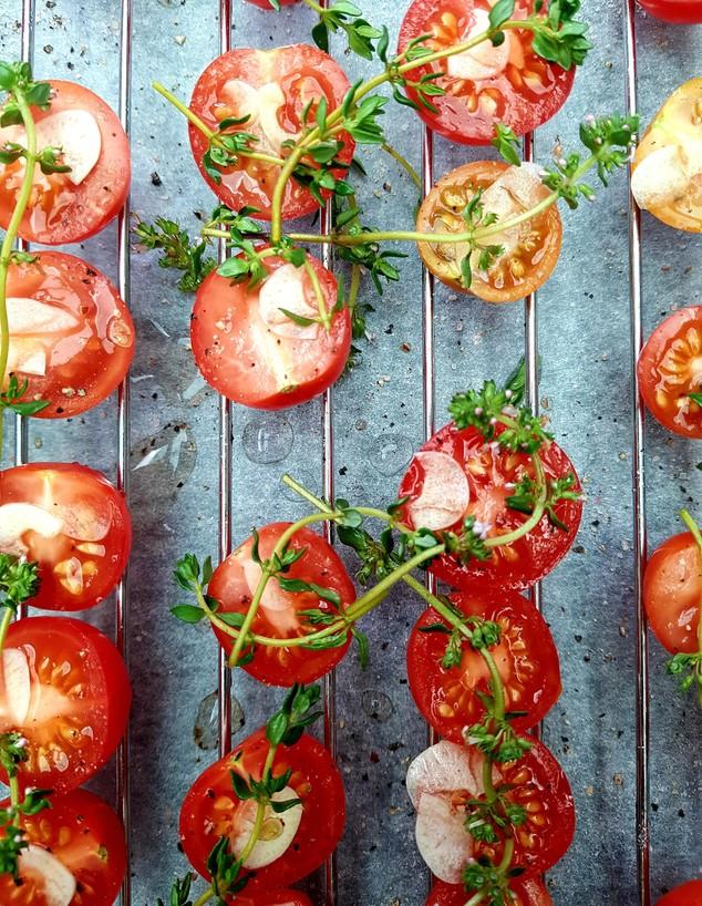 עגבניות  על הגריל - ערוץ הבריאות (צילום: julie-pearce, unsplash)