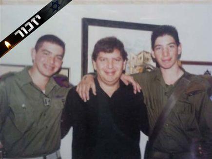 דודי רוזנפלד (באמצע) עם בנו (מימין) (צילום: ספורט 5)