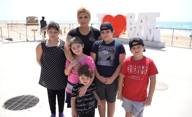 זורב וננה בוקצ'ב עם ילדיהם, עולים חדשים שחוגגים את (צילום: הקרן לידידות)