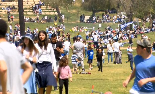 ישראלים מטיילים בגן סאקר, עצמאות, על האש (צילום: חדשות 12)