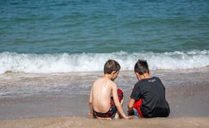 ילדים משחקים בחול על חוף הים (צילום: יוסי אלוני, פלאש 90)