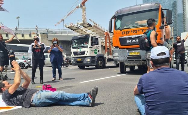 """הפגנת נכי צה""""ל מול משרד הביטחון בנתיבי איילון (צילום: החדשות 12)"""
