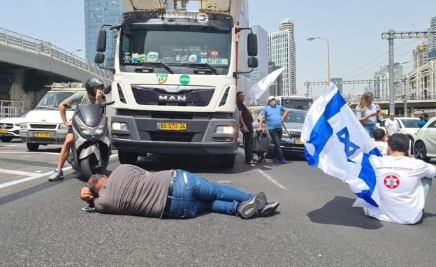 """הפגנת נכי צה""""ל נגד משרד הביטחון בנתיבי איילון (צילום: החדשות 12)"""
