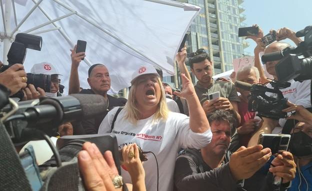 """אביגיל שרעבי בהפגנת נכי צה""""ל מול משרד הביטחון (צילום: החדשות 12)"""