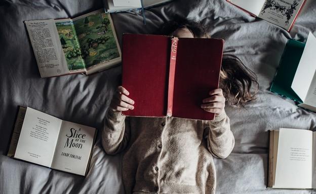 ילדה קוראת אנגלית (צילום:  Annie Spratt, UNSPLASH)