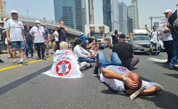 הפגנות מול משרד הביטחון  (צילום: החדשות 12)