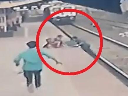 הפקח מנע אסון כשהציל ילד מדריסת רכבת - והכל קרה מול המצלמות