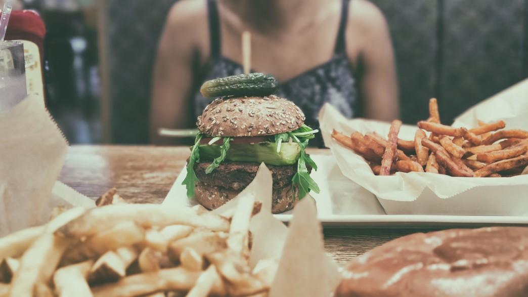 המבורגר (צילום: Obi Onyeador  UNSPLASH)