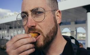 גבר אוכל (צילום: Allison Shaw, UNSPLASH)