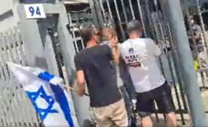 מפגינים נגד משרד הביטחון פורצים לאגף השיקום (צילום: עמוד הפייסבוק של אביב לוי)