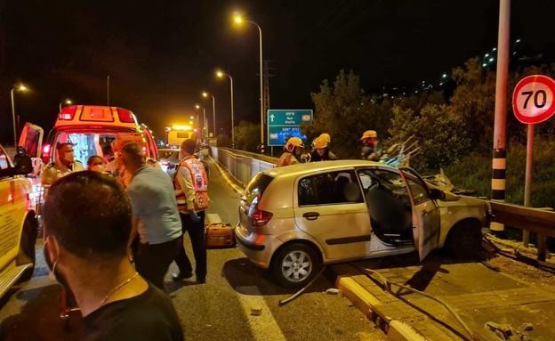 """זירת התאונה בכביש 4 סמוך לזיכרון יעקב (צילום: אביעד ניסים דוברות מד""""א)"""