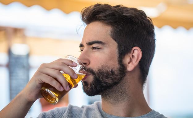 בחור שותה בירה (צילום: shutterstock By Asier Romero)