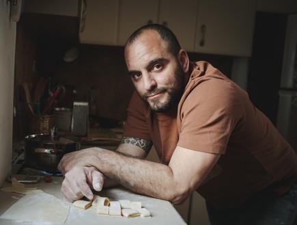 שונא בננות ובוכה בצ'ארלי וחצי: גיא בימקה עונה על שאלון הגבר
