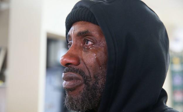 אדי ארמור בוכה בזמן שצפה במשפט שבו הורשע השוטר שחנק למוות את פלויד (צילום: cnn)