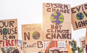מפגינים נגד שינויי האקלים (צילום: DisobeyArt, shutterstock)