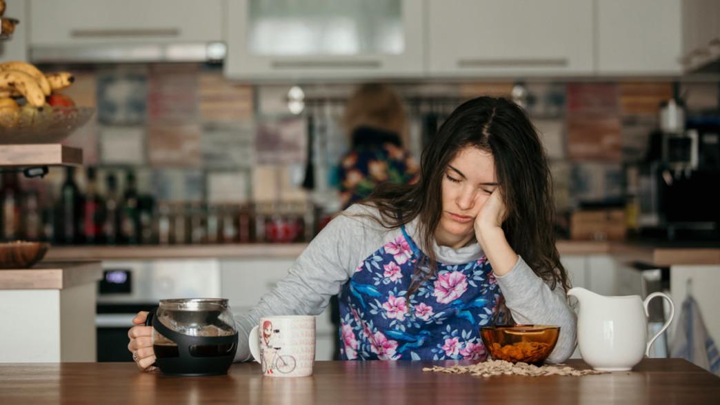 שותה קפה בבוקר (צילום: Tomsickova Tatyana, shutterstock)