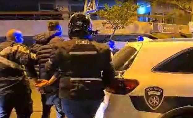 צעיר נעצר על ידי כוחות המשטרה