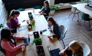 עובדות במשרד (צילום: CoWomen @cowomen, unsplash)