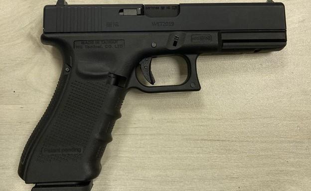 האקדח שנמצא בדירת המסתור שבה שהו החשודים במעורבות ברצח שניר בוחבוט (צילום: משטרת ישראל)