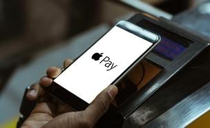כך תשלמו בשירות אפל פיי (Apple Pay) (צילום: LightField Studios / Shutterstock.com)