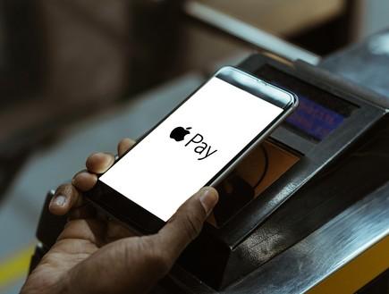 אפל פיי (Apple Pay) (צילום: LightField Studios / Shutterstock.com)